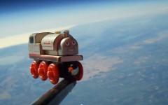 bambini giocano ad andare nello spazio